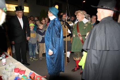 Der Herzogenauracher Amtmann, begleitet von zwei Hellebardenträgern, will den Markt schließen. Freiherr von Lauter verweist ihn des Platzes.