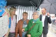 Auch Herta Burkart und Bürgermeister Süß drehten am Glücksrad von Gretel Trebisch.