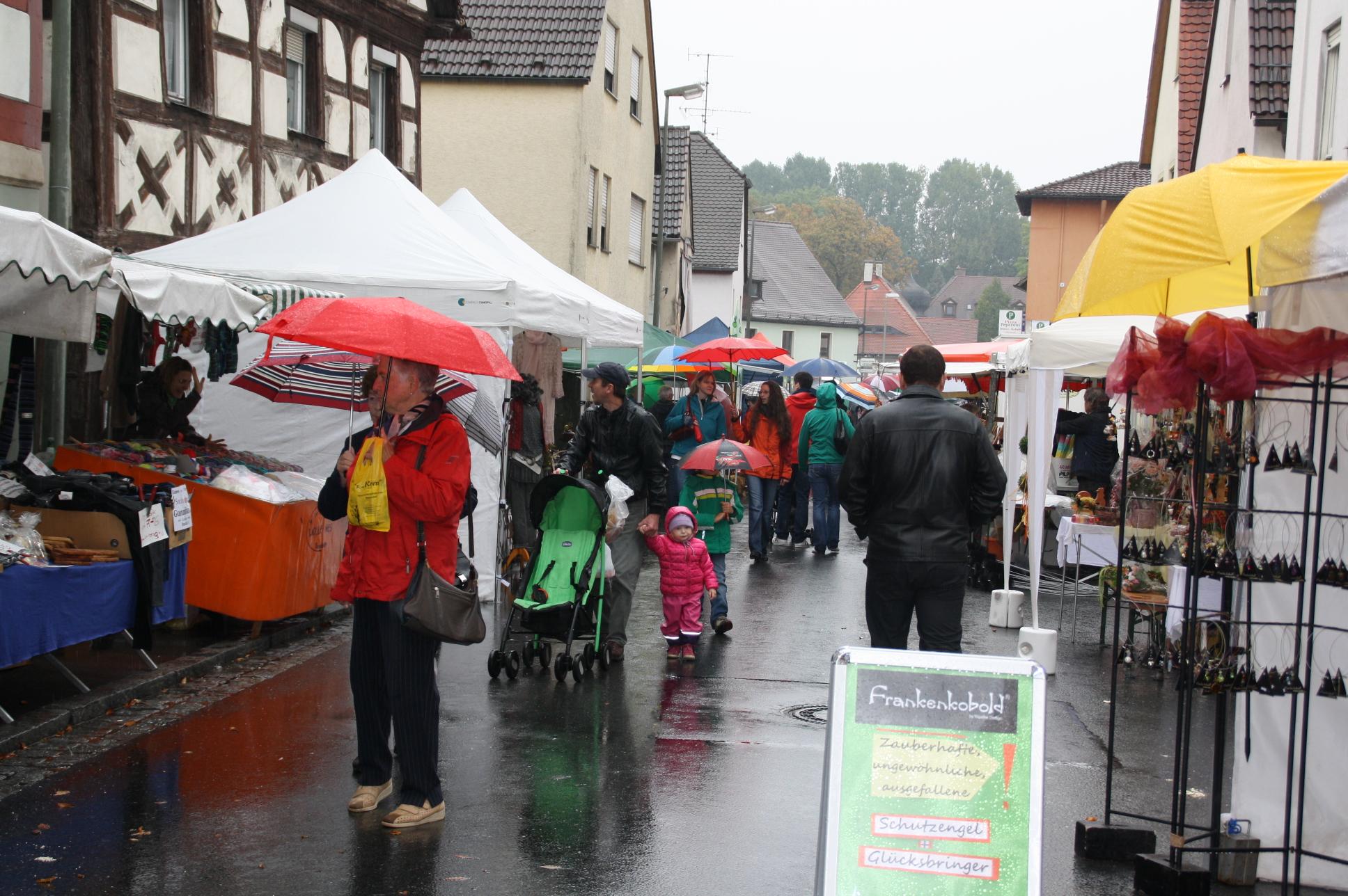 Trotz Regens herrschte in der Hauptstraße einiger Betrieb.